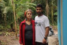 Edmilson e sua esposa Karina em frente à casa que restou